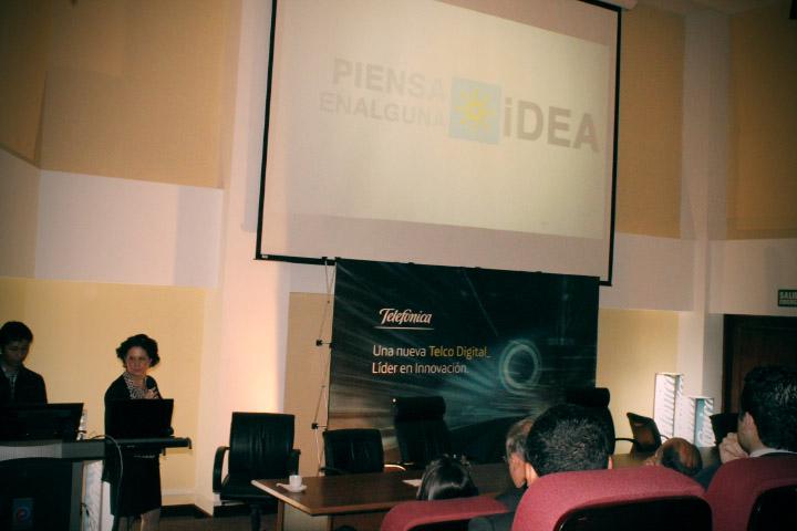 Jovenes presentando una idea en el evento.